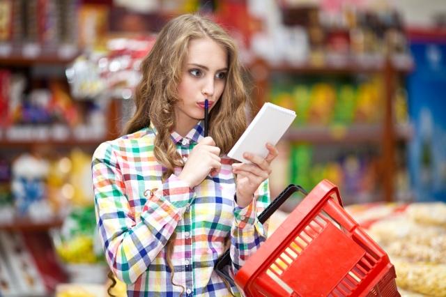 Девушка в продуктовом магазине